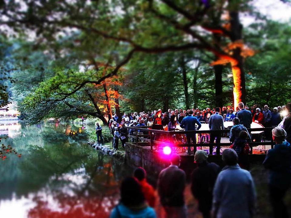 Illuminiertes Idyll in der Abenddämmer...eiburger Schlagzeugensemble in Aktion   | Foto: dick