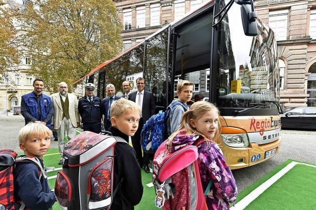 Der Schulweg mit Bahn und Bus ist sicher im Land