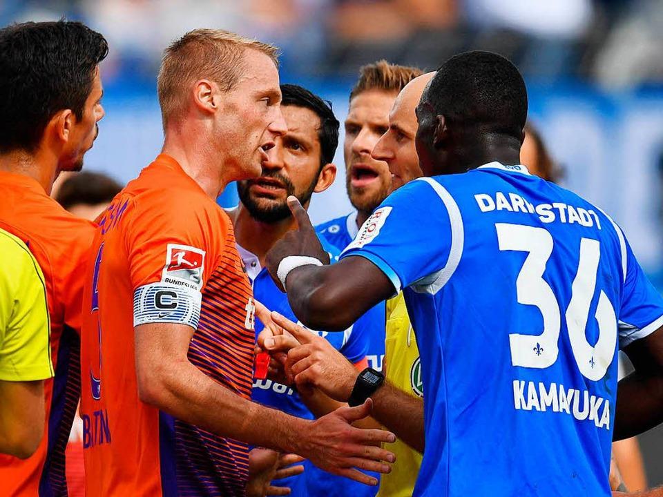 Die Szene, in der Bastians den Schieds...arauf hinweist, dass es kein Foul war.  | Foto: dpa