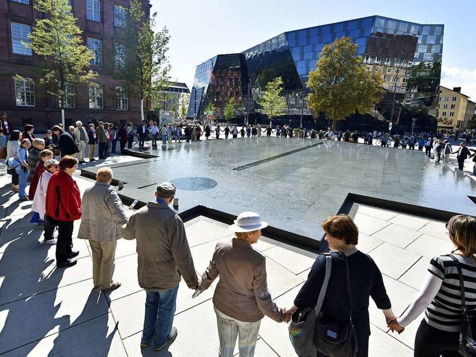 Die Menschenkette um den Gedenkbrunnen  | Foto: Michael Bamberger