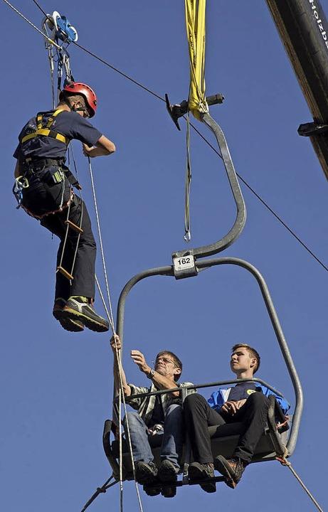 Spektakuläre Rettungsübung der Bergwacht in luftiger Höhe.  | Foto: Volker Münch