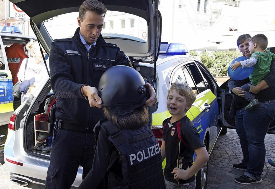 Beamten der Polizei zeigten auch den jüngsten Besuchern ihre Ausrüstung.  | Foto: Volker Münch