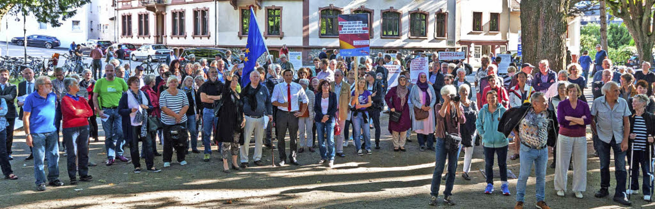 Gut 200 Menschen kamen zur Kundgebung ...Fechner mit einer große Europa-Fahne.   | Foto: Helmut Rothermel