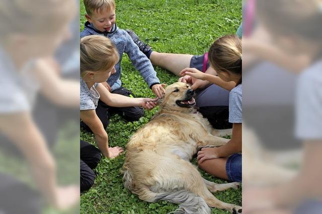 Kinder zu Gast bei Hundefreunden