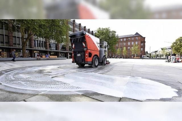 Stadtreinigung stellt eigenes Putzmittel für den Platz der Alten Synagoge her