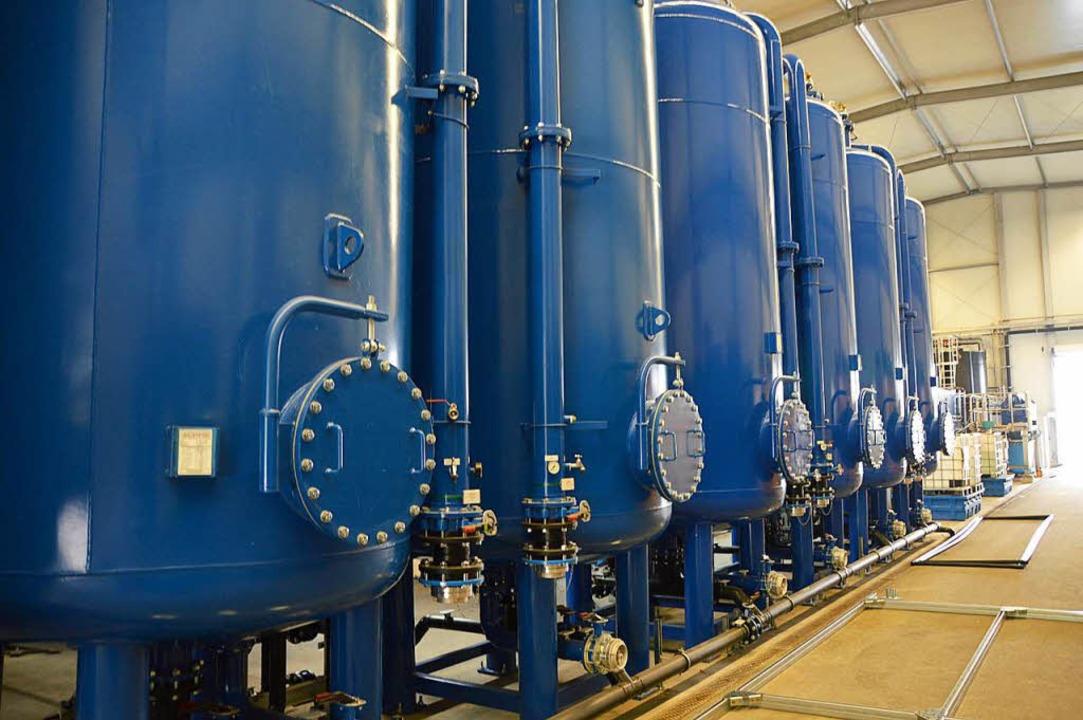 Die Tanks für die Aktivkohleadsorption der Grundwasserreinigung  | Foto: Horatio Gollin