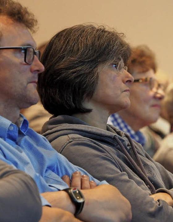 Rund 120 Gäste verfolgen die Diskussion auf dem Podium.    Foto: Susanne Gilg