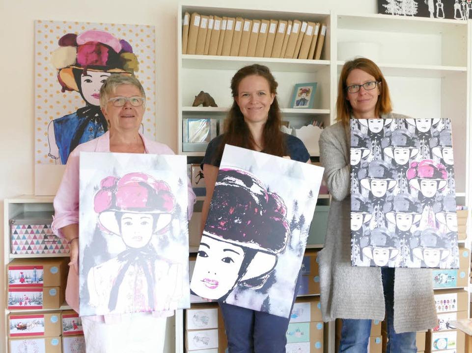 Gloria, Sarah und Simone von der Geest mit ihrem neuen Atelier.   | Foto: Bury
