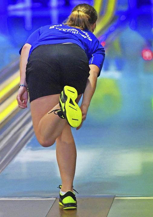 Die Bonndorfer Nationalspielerin Jana-...aut der Kugel interessiert hinterher.   | Foto: scheu