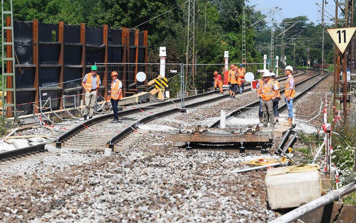 An der Baustelle des Bahntunnels Rasta...l die Strecke wieder früher frei sein.  | Foto: dpa