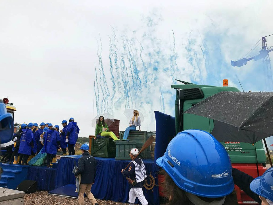 Grundsteinlegung und Feuerwerk im Regen    Foto: Charlotte Janz
