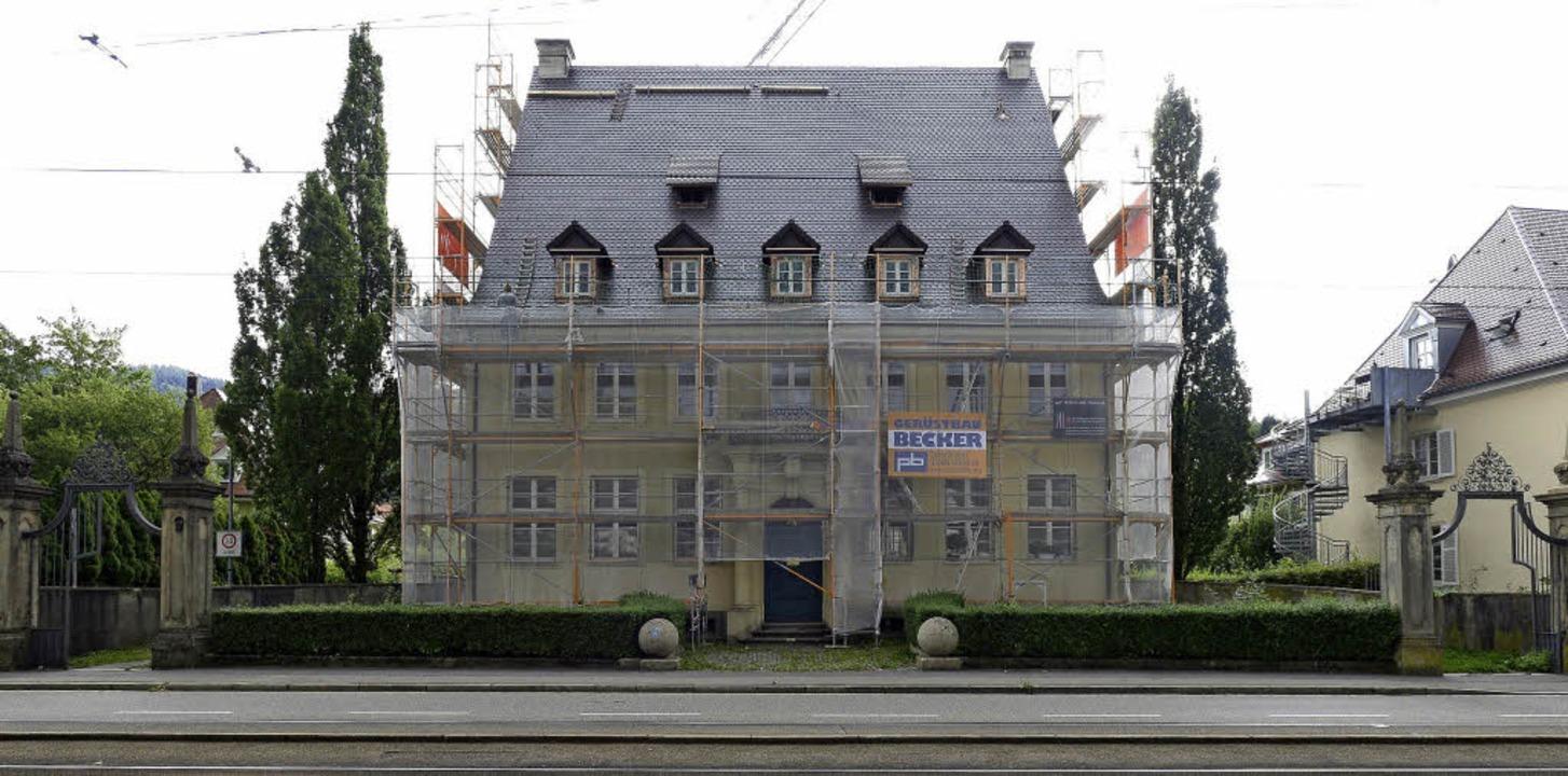 Das Dach ist bereits fertig, die Fassade ist noch eingerüstet.  | Foto: Ingo Schneider