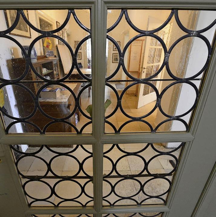 Blick durch ein historisches Fenster  | Foto: Ingo Schneider