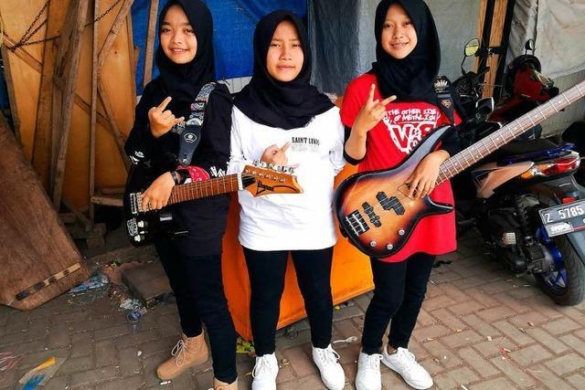 Drei indonesische Schülerinnen haben eine Metal-Band