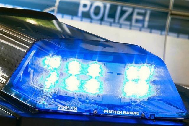 Betrunkener wirft in Steinen Flaschen auf Polizisten