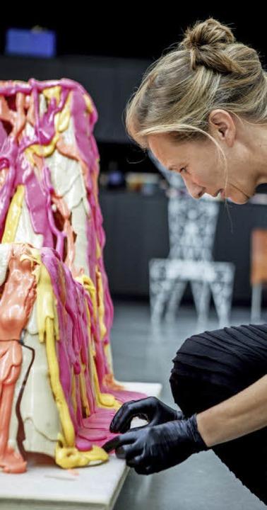 Ein Stuhl löst sich auf: Susanne Grane...htet das Werkstück von Jerszy Seymour.  | Foto: JOSS ANDRES