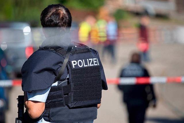 Tatverdächtiger nach Schüssen auf der Flucht – Dreijährige konnte sich verstecken