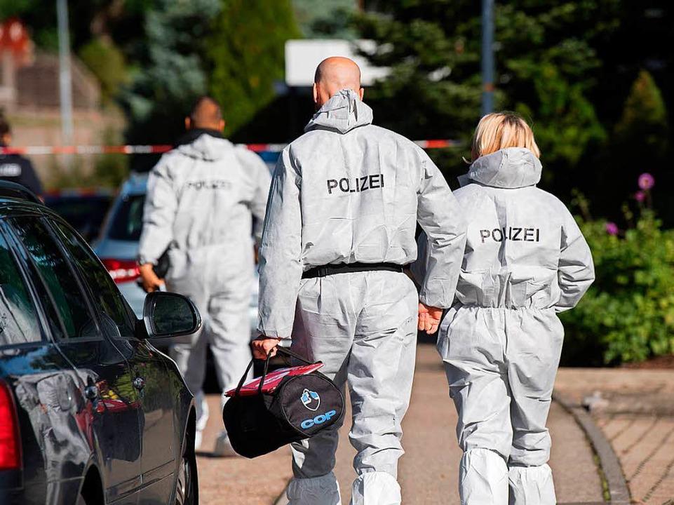 Polizisten in Villingendorf in der Nähe des Tatorts  | Foto: dpa