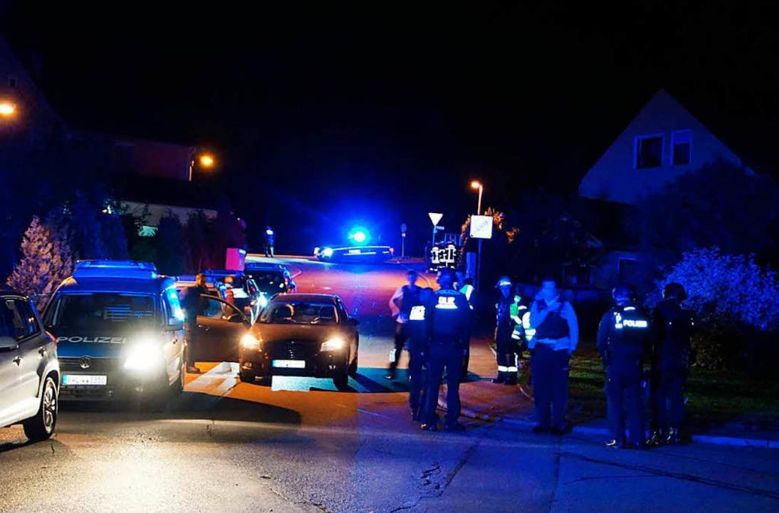 Polizisten treffen nachts am Tatort in Villingendorf ein.  | Foto: dpa