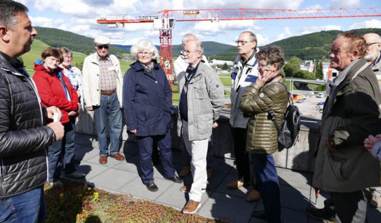 Roman Müller erklärt auf der Dachterrasse Einzelheiten zum Neubau.    Foto: Peter Stellmach