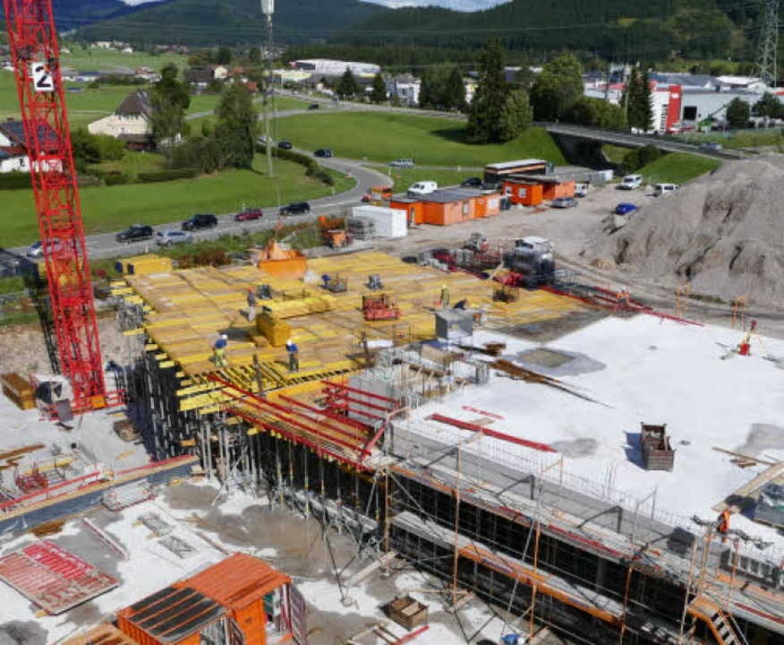 30 Männer arbeiten am Rohbau, Anfang 2019 soll das Gebäude fertig sein.    Foto: Peter Stellmach