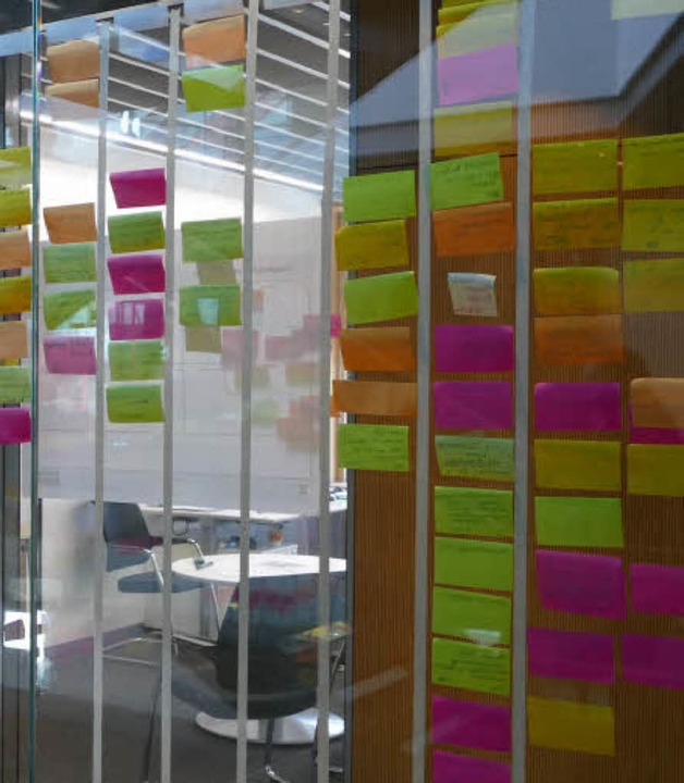 Bunte Klebezettel an den gläsernen Bürowänden für den Projektlauf    Foto: Peter Stellmach