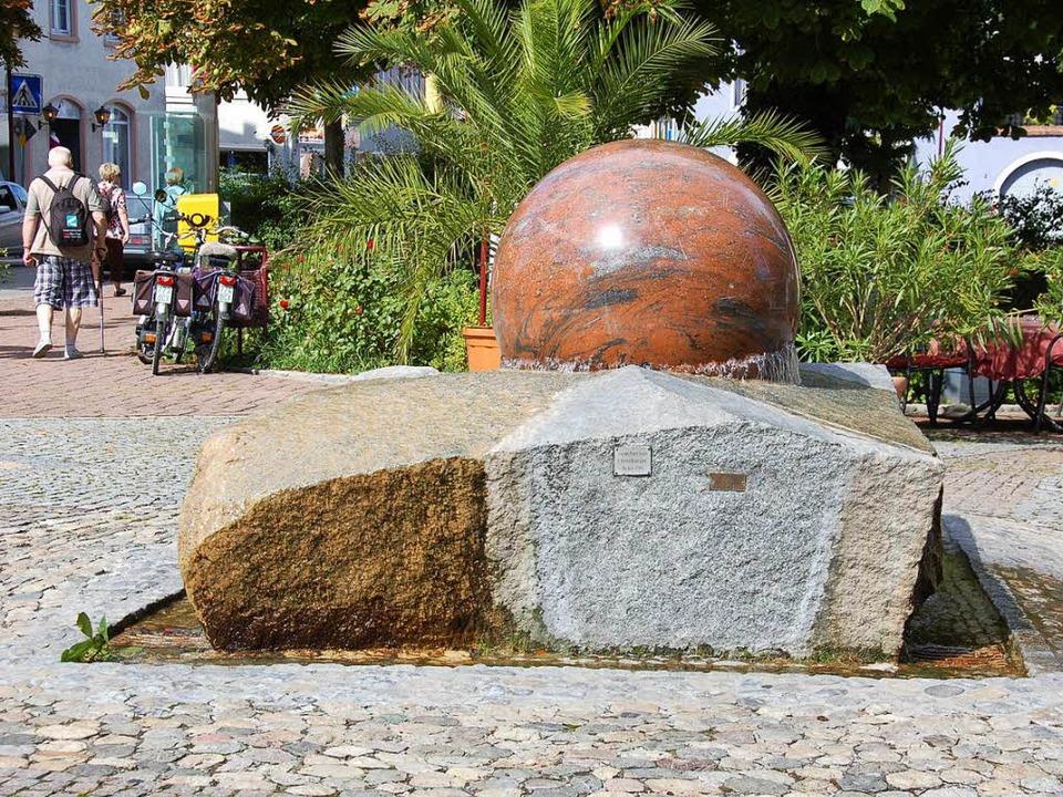 Das Wasser plätschert, die Kugel rotie...en strahlt Ruhe in der Stadtmitte aus.  | Foto: Agnes Pohrt