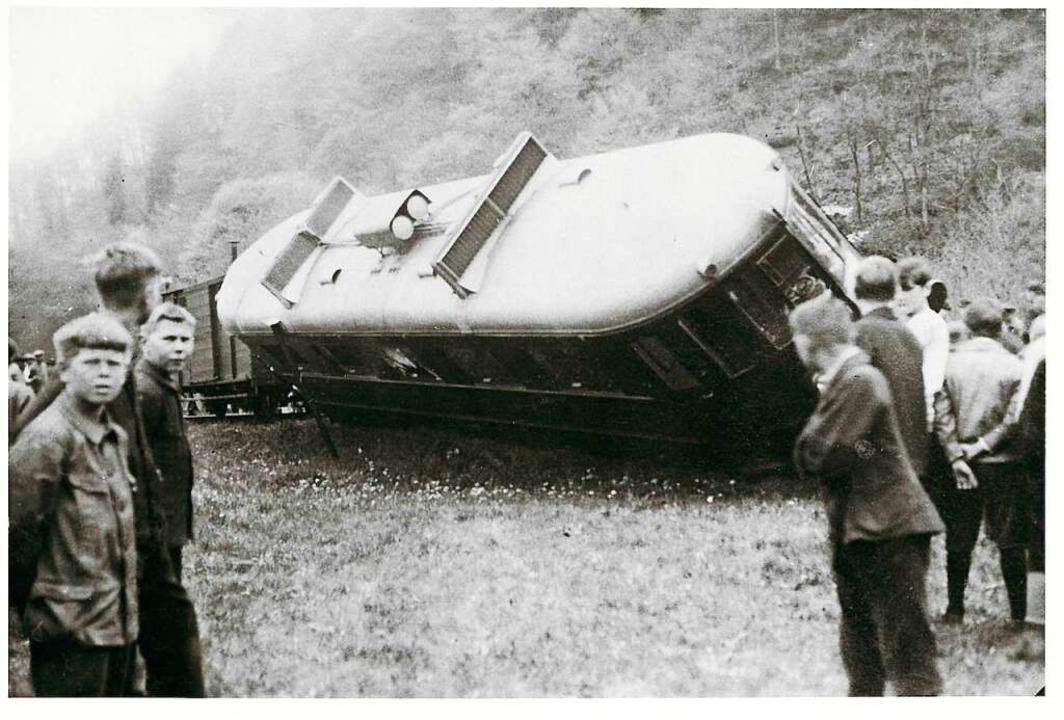 Der Benzoltriebwagen entgleiste 1928 zwischen Mambach und Atzenbach.  | Foto: Archiv Benno Dörflinger