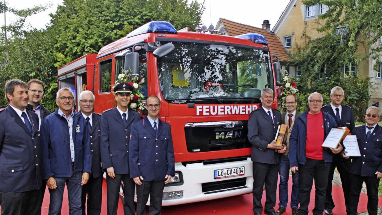 Jens Probst, Sascha Weber,  Ortsvorste...s) freuen sich über das neue Fahrzeug.  | Foto: RHEIN