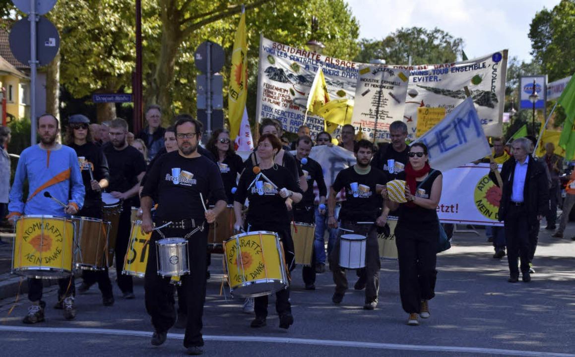 Rund 1300 Menschen demonstrierten am S...rberg ein Protestbanner auf (rechts).     Foto: Hans-Jochen Voigt/Agnes Pohrt