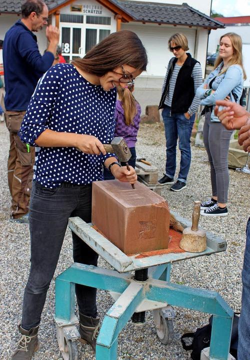 Ausprobieren, wie hier beim Steinmetz,...zmann und Architekt Andreas Wiskandt.   | Foto: schöneberg (4) / Frietsch
