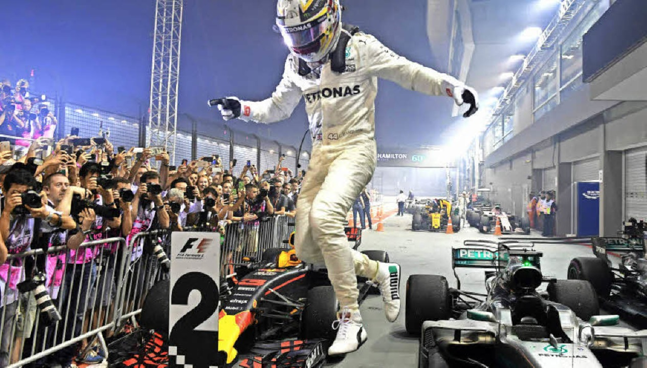 Lewis Hamilton schwebt scheinbar über ...t er nur seinen Triumph in Singapur.    | Foto: AFP
