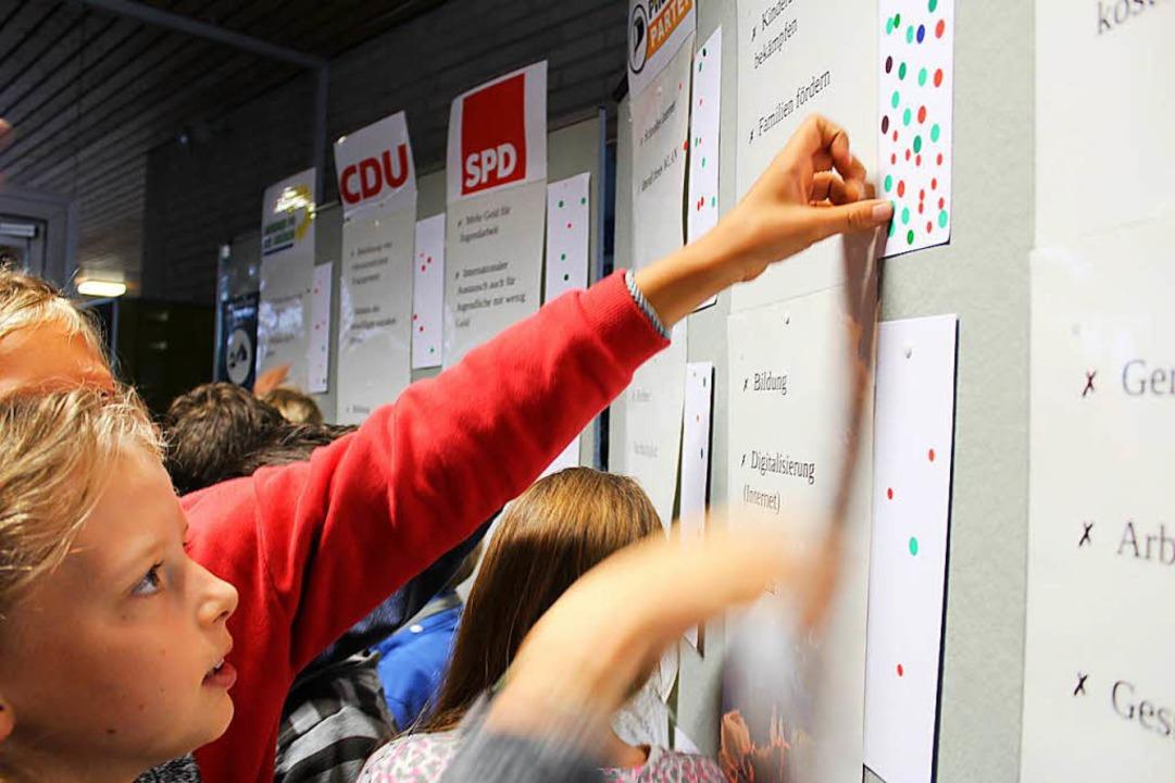 Mit Eifer  bei der Sache:  Kinder im S...ch dürfen sie auf Wahlscheinen wählen.  | Foto: erich krieger