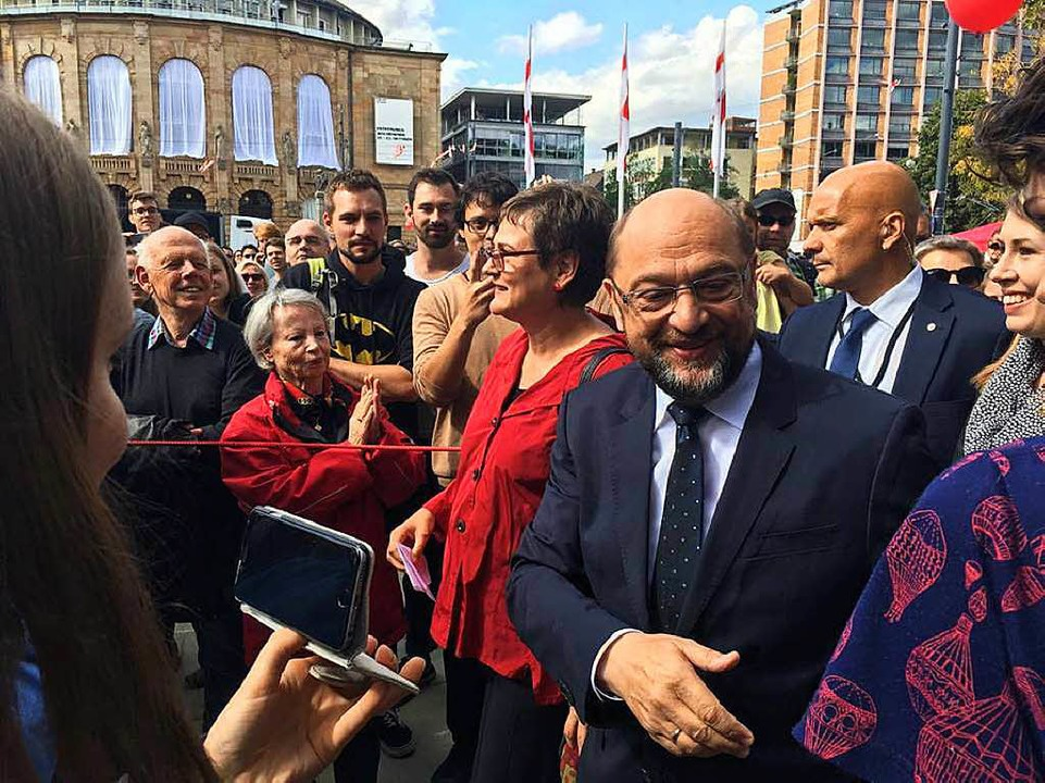 Martin Schulz schüttelt Hände auf dem Platz der Alten Synagoge.  | Foto: Eyüp Ertan
