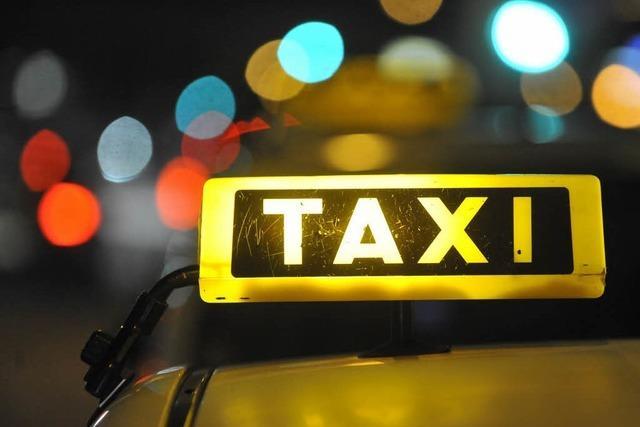 Taxifahrer fährt Mann um und flüchtet