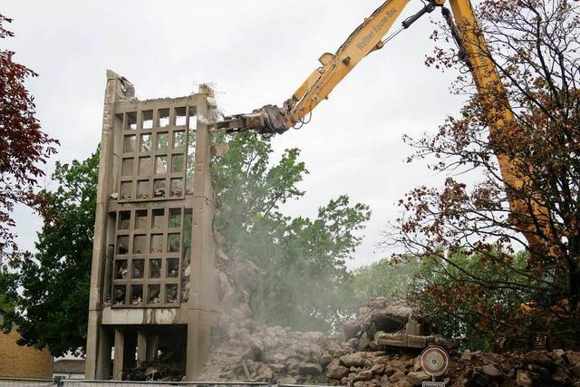 Video: Glockenturm im Stühlinger wird abgerissen
