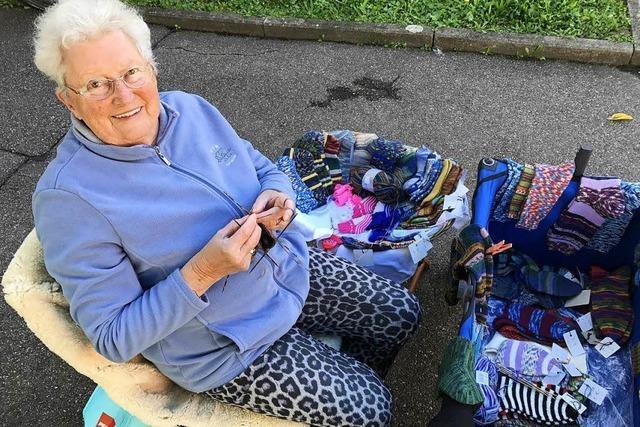 Lörracherin strickt vor ihrem Haus für den guten Zweck