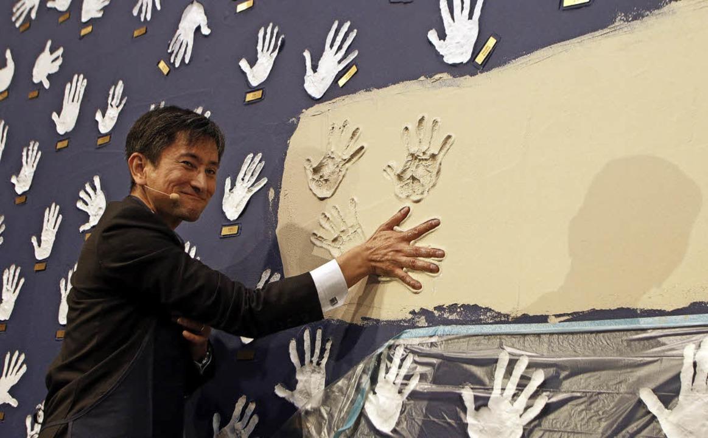 Lixil-Vizepräsident  Hiroshisa Egashir...sst seine Spuren im Lahrer Grohe-Werk.  | Foto: HEIDI FÖSSEL