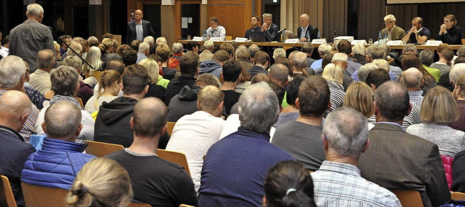 Über 500 Menschen informierten  sich b...Christopher Burgert und Kristin Fuchs   | Foto: Hans-Peter Müller