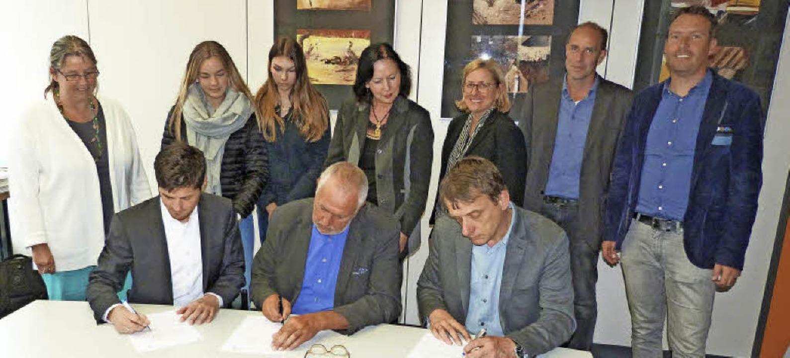 Lars Holzäpfel von der PH Freiburg, Sc...n des Praxiskollegs (dahinter links).     Foto: Presse-AG