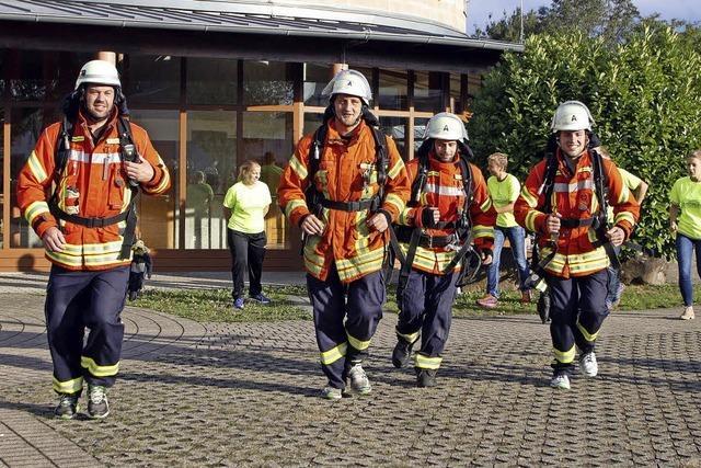Vier Feuerwehrmänner laufen beim Klosterlauf mit - mit Atemschutzausrüstung
