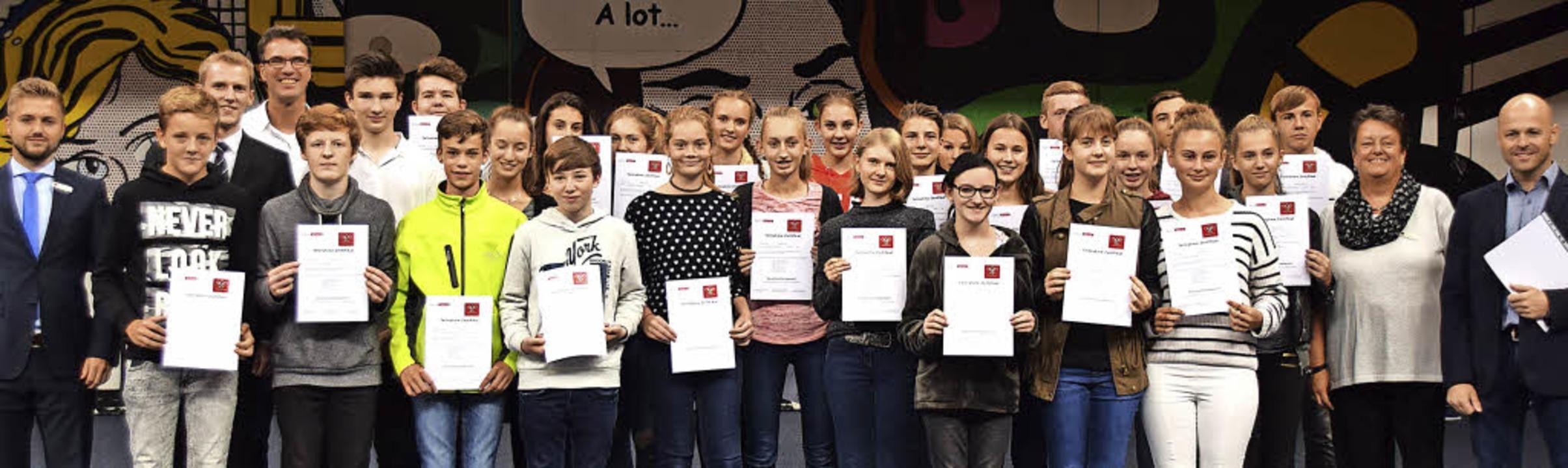 26 Schülerinnen und Schüler haben die ...d Stefan Schillinger die Zertifikate.     Foto: Sarah Nöltner