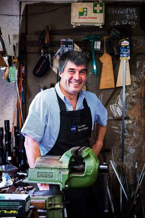 Feinarbeit wie ein Uhrmacher: Büchsenm...s zu 200 Arbeitsstunden in ein Gewehr.    Foto: Paul Jaroslawski