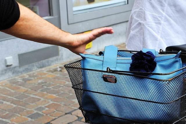 Handtaschendieb bringt Radfahrerin zu Fall