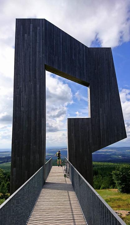 Imposante Klangskulptur mit Ausblick: ...ze im Wildfreigehege Wildenburg (oben)  | Foto: Rolf Müller