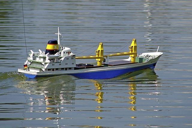 Modellschiffe an Land und im Wasser im Rheinfeldener Schwimmbad