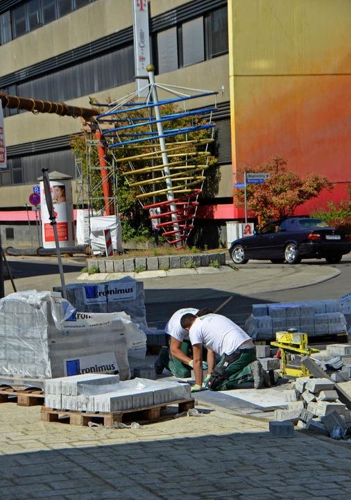 Die Baustelle kommt voran: An der Karl...rich-Straße wird bereits gepflastert.     Foto: Gerhard Walser