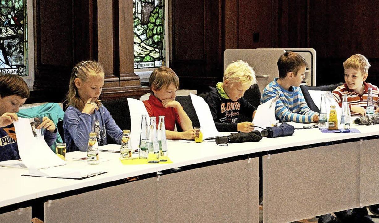 Auf den Plätzen der Gemeinderäte sitzt...zenbergschule beim Besuch im Rathaus.   | Foto: Stadt Waldkirch