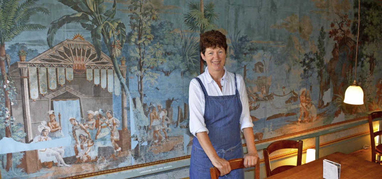 Pächterin Andrea Brunner sagt dem Café...an der Wand die berühmte Inka-Tapete.   | Foto: Lauber