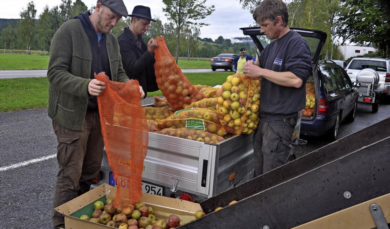 Moritz Götz rechts) aus Gupf und seine...n Apfelsaft von ihren Streuobstwiesen.    Foto: Jutta Schütz